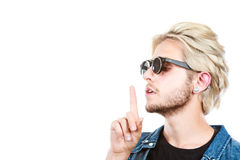 Modnisia artystyczny mężczyzna z okularami przeciwsłonecznymi, cisza gest zdjęcie stock