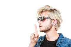 Modnisia artystyczny mężczyzna z okularami przeciwsłonecznymi, cisza gest Obrazy Royalty Free