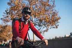 Modnisia biznesmena dojeżdżający z rowerowy podróżować pracować w mieście zdjęcie royalty free