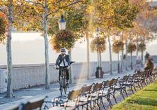Modnisia biznesmena dojeżdżający z rowerowym podróżować domem od pracy w mieście obrazy stock