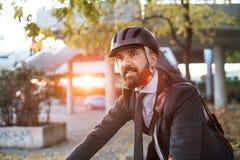 Modnisia biznesmena dojeżdżający z rowerowym podróżować domem od pracy w mieście fotografia stock