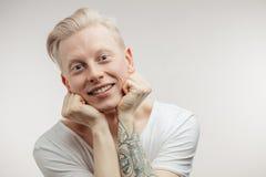 Modnisia facet ono uśmiecha się z blondynem mieć rozochoconego spojrzenie pozytywne emocje Zdjęcie Royalty Free
