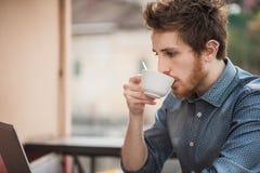 Modnisia facet pije kawę zdjęcie stock