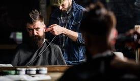 Modnisia klient dostaje ostrzyżenie Fryzjer męski z cążki arymażu włosy na nape klient Modniś fryzury pojęcie barber Zdjęcia Stock