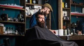 Modnisia klient dostaje ostrzyżenie Klient z brodą przygotowywającą dla żyłować lub przygotowywać Ostrzyżenia proces pojęcie 308  zdjęcia royalty free