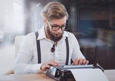 Modnisia mężczyzna na maszyna do pisania zamazanym pokoju Fotografia Royalty Free