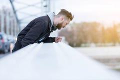 Modnisia mężczyzna patrzeje rzekę Fotografia Stock