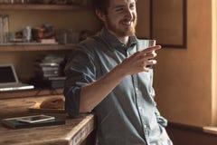 Modnisia mężczyzna pije szkło kola fotografia stock