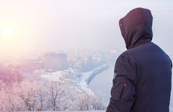 Modnisia mężczyzna podróżnik patrzeje zimy miasta krajobraz Zdjęcia Stock