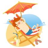 Modnisia mężczyzna sunbathing w plażowym krześle z koktajlem Mieszkania st Zdjęcie Stock