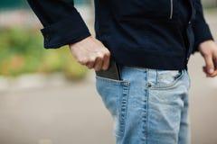 Modnisia mężczyzna wręcza mienie portfel z kredytowymi kartami i stertą pieniądze Zdjęcie Stock