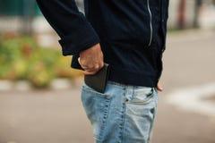 Modnisia mężczyzna wręcza mienie portfel z kredytowymi kartami i stertą pieniądze Zdjęcie Royalty Free