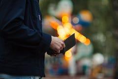 Modnisia mężczyzna wręcza mienie portfel z kredytowymi kartami i stertą pieniądze Obrazy Royalty Free