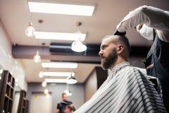 Modnisia mężczyzny klient odwiedza haidresser i hairstylist w fryzjera męskiego sklepie zdjęcia royalty free