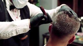Modnisia mężczyzny klient odwiedza haidresser i hairstylist w fryzjera męskiego sklepie swobodny ruch zbiory wideo