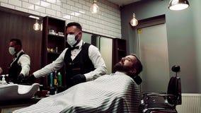 Modnisia mężczyzny klient odwiedza haidresser i hairstylist w fryzjera męskiego sklepie swobodny ruch zdjęcie wideo