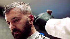 Modnisia m??czyzny klient odwiedza haidresser i hairstylist w fryzjera m?skiego sklepie swobodny ruch zbiory wideo
