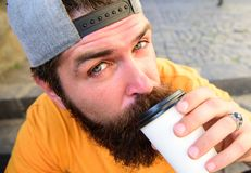 Modnisia napoju kawa iść podczas gdy siedzi schodki outdoors Miastowy karmowy kultury pojęcie Smakowity łyczka pojęcie Smakowita  obraz stock