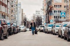 Modnisia odprowadzenie wokoło miasta na ulicie wśród samochodów zdjęcia royalty free