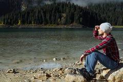Modnisia podróżnik cieszy się widok Czarny jezioro, Durmitor obywatel Zdjęcia Royalty Free