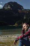 Modnisia podróżnik cieszy się widok Czarny jezioro, Durmitor obywatel Zdjęcie Royalty Free