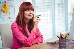 Modnisia rozważny bizneswoman przy jej biurkiem Zdjęcie Stock