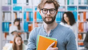 Modnisia student uniwersytetu mienia notatniki zdjęcie royalty free