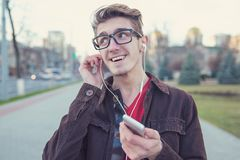 Modnisia szczęśliwy mężczyzna z hełmofonami zdjęcie royalty free