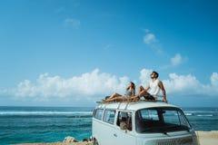 Modnisia wakacje pojęcie para siedzi na wierzchołku o z okularami przeciwsłonecznymi zdjęcie stock