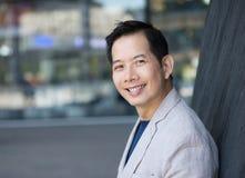 Modny azjatykci mężczyzna ono uśmiecha się outdoors Zdjęcie Royalty Free
