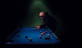 Modny basenu gracz w skórzanej kurtce zdjęcie stock
