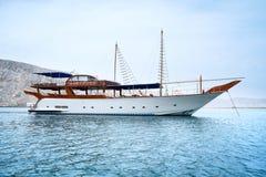 Modny biały jacht w morzu Błękitni morze, niebo i góry, Czas wolny i turystyka Pojęcie relaks luz obrazy stock