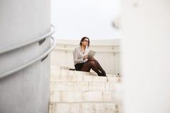 Modny bizneswoman używa internet cyfrową pastylkę Zdjęcie Stock