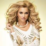Modny blondynki damy pozować. Zdjęcia Royalty Free