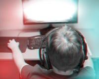 Modny 3d anaglifu skutek: Nastolatek Bawić się grę komputerową Jest ubranym słuchawki W Domu obraz stock