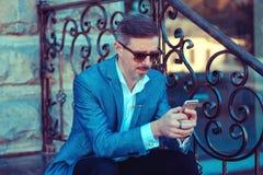 Modny dojrzały mężczyzna używa telefon outside zdjęcie stock