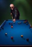Modny facet bawić się grę basen w klubie nocnym Obrazy Royalty Free