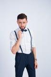Modny facet prostuje jego krawata motyla Fotografia Stock