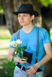 Modny facet z kwiatami Zdjęcie Stock