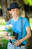 Modny facet z kwiatami Obraz Royalty Free