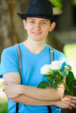 Modny facet z kwiatami Fotografia Royalty Free