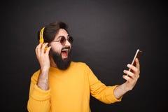 Modny mężczyzna bierze selfie w okularach przeciwsłonecznych obrazy stock