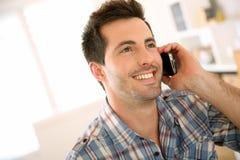 Modny mężczyzna opowiada na telefonie Zdjęcie Royalty Free
