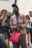 Modny mężczyzna pozuje podczas Mediolańskiego moda tygodnia Fotografia Royalty Free