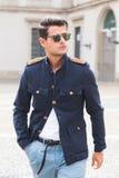 Modny mężczyzna pozuje podczas Mediolańskiego moda tygodnia Zdjęcia Royalty Free