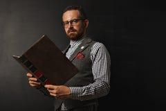 Modny męski nauczyciel z książką Obrazy Royalty Free