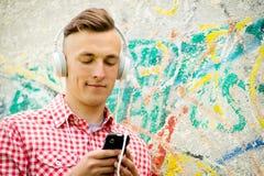 Modny młody człowiek słucha muzyka Obraz Royalty Free
