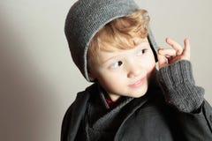 Modny Mały Boy.Stylish Przystojny dzieciak. Mod dzieci. w kostiumu, pulowerze i nakrętce, Zdjęcie Royalty Free
