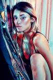 Modny makeup sztuki projekt Piękna seksowna wysokiej mody sztuki kobieta w błyszczącym czerwonym neonowym tle, barwić główne atra Fotografia Royalty Free