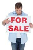 Modny model trzyma a dla sprzedaż znaka i patrzeje je Zdjęcie Royalty Free